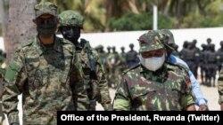 Perezida Paul Kagame w'u Rwanda na Philip Nyusi wa Mozambike basura ingabo z'u Rwanda zirimo gufasha iza Mozambike kurwanya intagondwa za Kisilamu