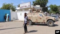 ພວກເຈົ້າໜ໊າທີ່ເຕົ້າໂຮມກັນຢູ່ນອກເຮືອນເບິ່ງແຍງຜູ້ເຖົ້າ ຫລັງ ຈາກໄດ້ຖືກໂຈມຕີ ໂດຍພວກມືປືນທີ່ ເມືອງທ່າ Aden ປະເທດ Yemen.