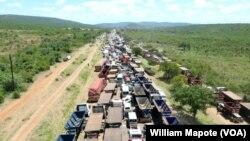 Uma longa fila de viaturas na N4, Ressano Garcia, Moçambique