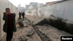 22일 중국 칭다오에서 송유관이 폭발한 가운데 사고 현장에 연기가 올라오고 있다.