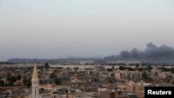 23일 트리폴리의 미스라타 민병대 진지에 공습이 이뤄진뒤 검은 연기가 피어오르고 있다.
