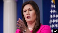 새라 허커비 샌더스 백악관 대변인이 23일 백악관에서 정례 브리핑을 하고 있다.