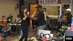 Músicos del Septeto Típico Tivoli enseñan a los estudiantes los bailes cubanos.