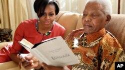 Nelson Mandela tare da matar Obama