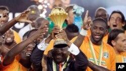 L'équipe nationale de la Côte d'Ivoire célèbre avec après le président du Parlement ivoirien, Guillaume Soro, après la victoire en la finale de la Coupe d'Afrique des nations contre le Ghana à Bata, Guinée équatoriale, 8 février 2015