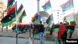 Cờ Libya được bày bán để dân chúng chuẩn bị kỷ niệm năm thứ 3 ngày Libya nổi dậy chống nhà độc tài lâu đời Muammar Gaddafi