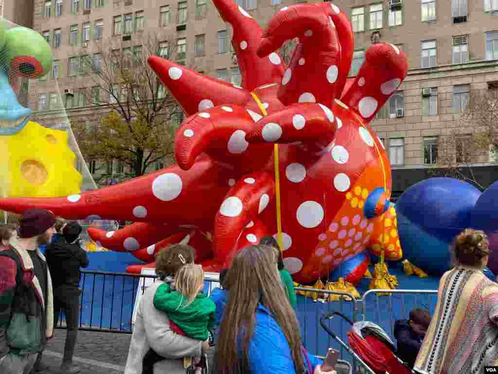 Los globos de los personajes pueden llegar hasta 55 pies (16 metros) del suelo y tan bajos como 10 pies (3 metros).
