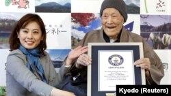 جاپان کی ماسازو نوناکا، گینز بک آف ریکارڈز سے دنیا کی سب سے معمر خاتون ہونے کا سرٹیفیکیٹ حاصل کر رہی ہیں۔ تب ان کی عمر 112 سال اور 259 دن تھی۔ نوناکا کا انتقال اس سال جنوری میں 113 سال کی عمر میں ہوا۔ فوٹو۔ 10 اپریل 2018