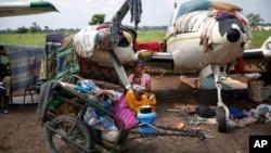 Des personnes déplacées à l'aéroport de Bangui, Dec. 13, 2013.