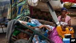Des chrétiens campant à l'aéroport de Bangui