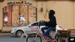 Una mujer saudita monta su bicicleta en Jeddah, Arabia Saudita, el viernes 27 de septiembre de 2019. (AP/ Amr Nabil) El domingo 6 de octubre de 2019, el reino anunció que permitirá a las mujeres alquilar habitaciones de hotel sin necesidad de un guardián masculino.