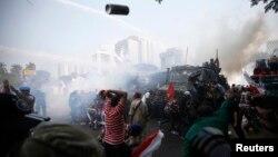 Cảnh sát sử dụng hơi cay và vòi rồng giải tán biểu tình trên con đường dẫn tới tòa án Hiến pháp ở Jakarta, ngày 21/8/2014.