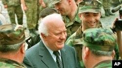 საქართველოს ყოფილი პრეზიდენტი ედუარდ შევარდნაძე სოფელ დუისში, 27 აგვისტო, 2002