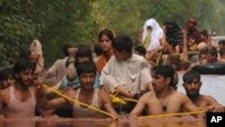 Evacuation des sinistrés dans la zone de Nowshera, Pakistan, 30 juillet 2010.