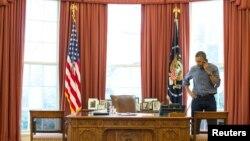 Барак Обама говорит с Владимиром Путиным