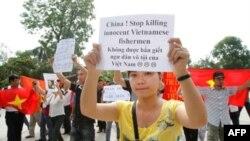 Nhiều người Việt biểu tình chống Trung Quốc trước đại sứ quán Trung Quốc ở Hà Nội, 12/6/2011