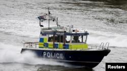 Cảnh sát tuần tra trên sông Thames gần cầu London khi cầu được mở trở lại tiếp sau vụ khủng bố làm 7 người chết và hàng chục người bị thương tại trung tâm London ngày 5/6/2017.