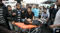 Des Palestiniens amènent un militant du Jihad Islamique à l'hôpital al-Najar (29 octobre 2011)