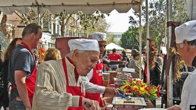 Kirk Douglas Serving Thanksgiving (Eve) Meal, 24 Nov 2010