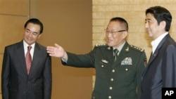 在2007年擔任中國駐日大使的王毅(圖左)帶領中國官員會見當時的日本首相安倍晉三(資料圖片)