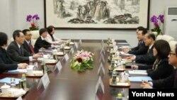한국과 중국의 6자회담 수석대표인 임성남 외교통상부 한반도평화교섭본부장(왼쪽 두번째)과 우다웨이(武大偉) 중국 외교부 한반도사무특별대표(오른쪽 세번째)가 27일 베이징 중국 외교부 청사에서 회담을 하고 있다.