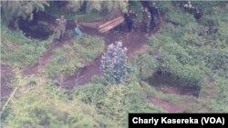 Des militaires d'un drone à l'endroit des échanges de tirs entre l'armée congolaise et celle du Rwanda dans le parc de Virunga, dans le Nord-Kivu, 16 février 2018. (VOA/Charly Kasereka)