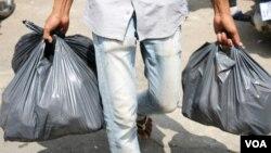 Kenya menjadi negara terbaru di Afrika yang melarang kantong plastik. (Foto: ilustrasi).