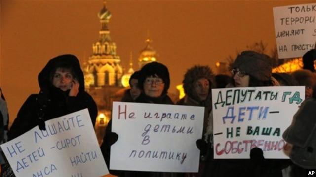 11일 러시아 상트페테르부르크에서 러시아 의회의 '미국 입양 금지법' 채택에 항의하는 시위대. 어린이들을 정치에 연계시키지 말 것을 요구했다.