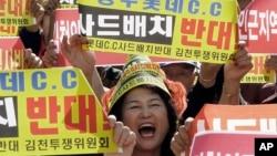 Seorang warga di sebuah kota Korea Selatan pedesaan meneriakkan slogan untuk memprotes rencana AS untuk menggelar sistem pertahanan rudal canggih yang disebut Terminal Tinggi Altitude Lokasi Pertahanan, (THAAD), di lingkungan mereka, di Seoul, Korea Selatan, 5 Oktober 2016. (AP Photo/Ahn Young-joon)