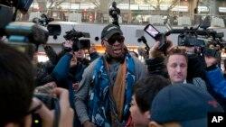Ngôi sao bóng rổ đã về hưu Dennis Rodman tại đáp chuyến bay đi Bắc Triều Tiên từ phi trường ở Bắc Kinh, ngày 19/12/2013.