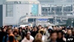 Para penumpang dievakuasi dari bandara Brussels di Zaventem (22/3) pasca serangkaian ledakan menghantam bandara dan satu stasiun bawah tanah di jantung kota itu.