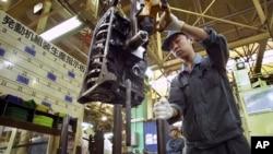 Công nhân Trung Quốc lắp ráp động cơ tại nhà máy của hãng xe hơi Toyota tại Thiên Tân