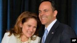 El gobernador electo de Kentucky, Matt Bevin, y su esposa Glenna, saluda a partidarios tras la victoria electoral el martes, 3 de noviembre de 2015 en Louisville, Kentucky.