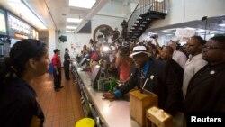 فعال حقوق کارگران، ویلیام اسمارت، در جریان اعتراضات برای دستمزد بهتر برای کارگران با مدير يک رستوران مکدونالد در لس آنجلس (کالیفرنیا) گفتگو میکند -- نجشنبه ۱۳ شهريور ۱۳۹۳ (۴ سپتامبر ۲۰۱۴)