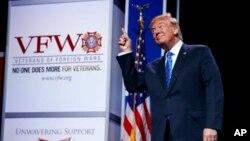 El presidente de EE.UU. Donald Trump reacciona a la música con que es recibido en la Convención Nacional de Veteranos de Guerras Extranjeras en Kansas City, Missouri. Julio 24 de 2018. Foto: AP/Evan Vucci.