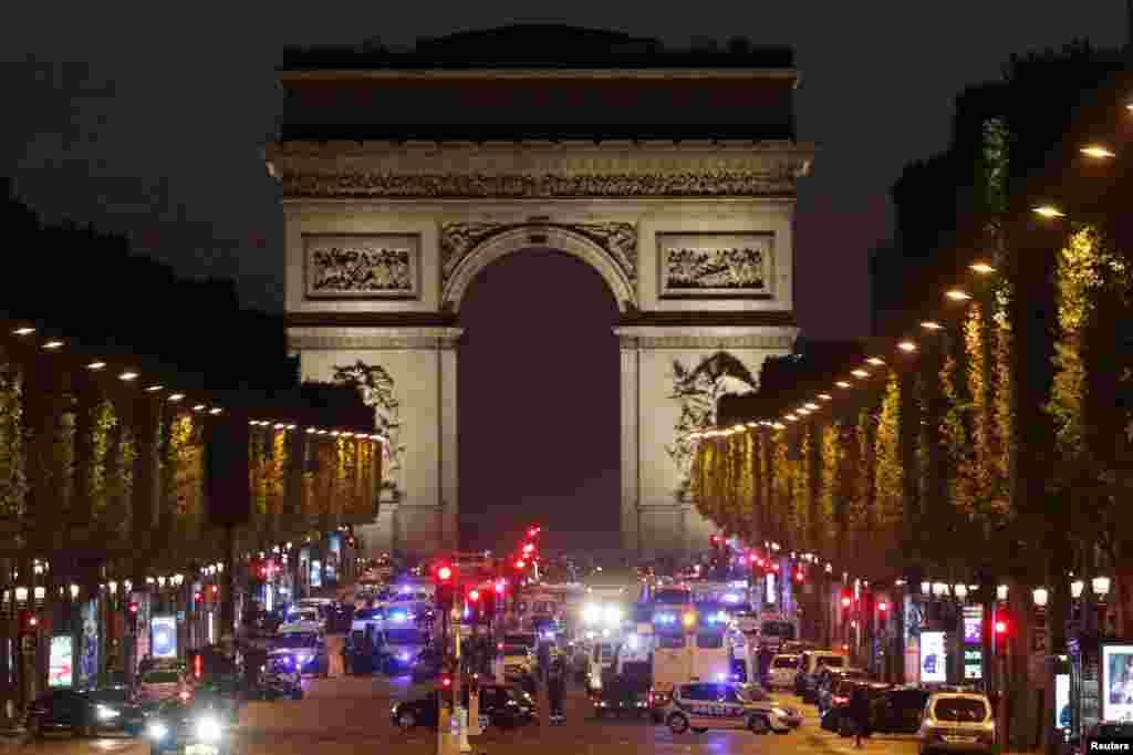 2017年4月20日,警察在巴黎香榭丽舍大街警戒。此前,枪手在这条街上开枪,造成警察一死两伤。 法国总统奥朗德说,所有迹象都指向恐怖主义。调查人员说,一名枪手从一辆车中跳出来,用机枪向一辆警察开火。他被警方开枪击毙。在他尸体附近发现一张吹捧伊斯兰国激进组织的字条。 伊斯兰国组织声称对袭击负责。巴黎警方说,死去的枪手已经得到确认,但没有说他是否与伊斯兰国组织有勾结。香榭丽舍大街是世界著名大道,是居民和游客喜欢光顾时尚商店和餐馆的地方。最近两年法国有200多人死于伊斯兰恐怖分子袭击。