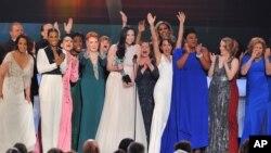 """Laura Prepon, tengah, dan pemain serta kru """"Orange is the New Blac"""" menerima penghargaan Screen Actors Guild Awards (SAG Awards) ke-22."""