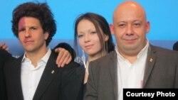 Алексей Герман (справа), актер Луи Франк и художник-постановщик Елена Окопная, жена режиссера, на пресс-конференции