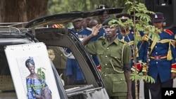 肯尼亞人向非洲第一位諾貝爾和平獎女得主致敬。