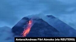 Gunung Merapi menyemburkan lahar panas saat meletus, seperti terlihat dari Wonorejo di Sleman, Yogyakarta, 18 Januari 2021. (Foto: Antara/Andreas Fitri Atmoko via REUTERS)