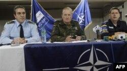 Начальник полиции Косово Бехар Селими, командующий НАТО в Косово Эрхард Буехлер и начальник полиции ЕС Удо Мюллер