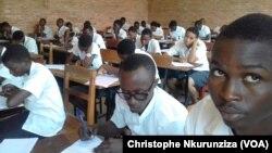 Elèves du secondaire lors des examens, à Bujumbura, au Burundi, le 21 juin 2017. (VOA/Christophe Nkurunziza)