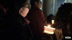 喜馬拉雅山小鎮達蘭薩拉,燭光照在這些流亡藏人的臉上。(視頻截圖)