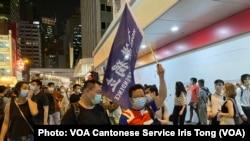 有遊行人士身穿印上英國國旗的T恤,高舉香港獨立旗幟 (攝影:美國之音湯惠芸)