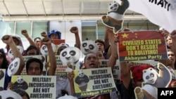 Người Philippines biểu tình bên ngoài sứ quán Trung Quốc tại Makati, phía đông thủ đô Manila, ngày 16/6/2011