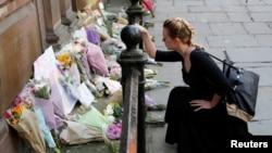 Građani polažu cveće i pale sveće za šrtve napada ispred Mančesterske arene