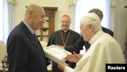 """El Santo Padre entrega el libro """"La Infancia de Jesús"""". En la imagen con el editor de la casa Rizzoli."""