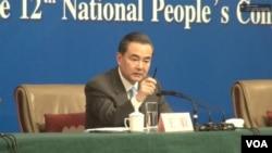 中国外交部长王毅在人大新闻发布会上 就领土问题表现出强硬态度(美国之音东方拍摄)