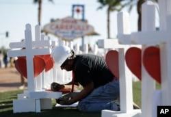 El carpintero Greg Zanis escribe el nombre de una de las víctimas sobre una de las cruces creadas por él.
