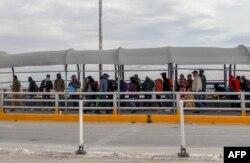 Migranti iz Kube, Venecuele i Centralne Amerike čekaju da pređu granicu Meksika sa SAD i zatraže politički azil.
